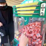宝くじキャッチャーで遊ぶデブ